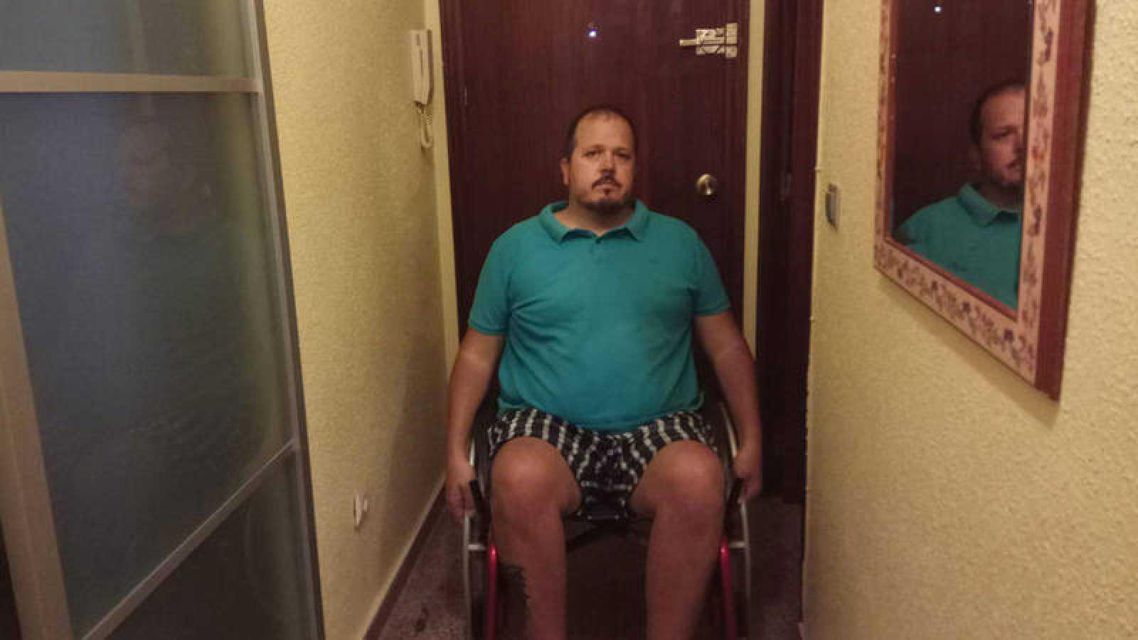 Daniel Agulló, en casa de su suegra, a donde se ha tenido que mudar porque su edificio no tiene ascensor