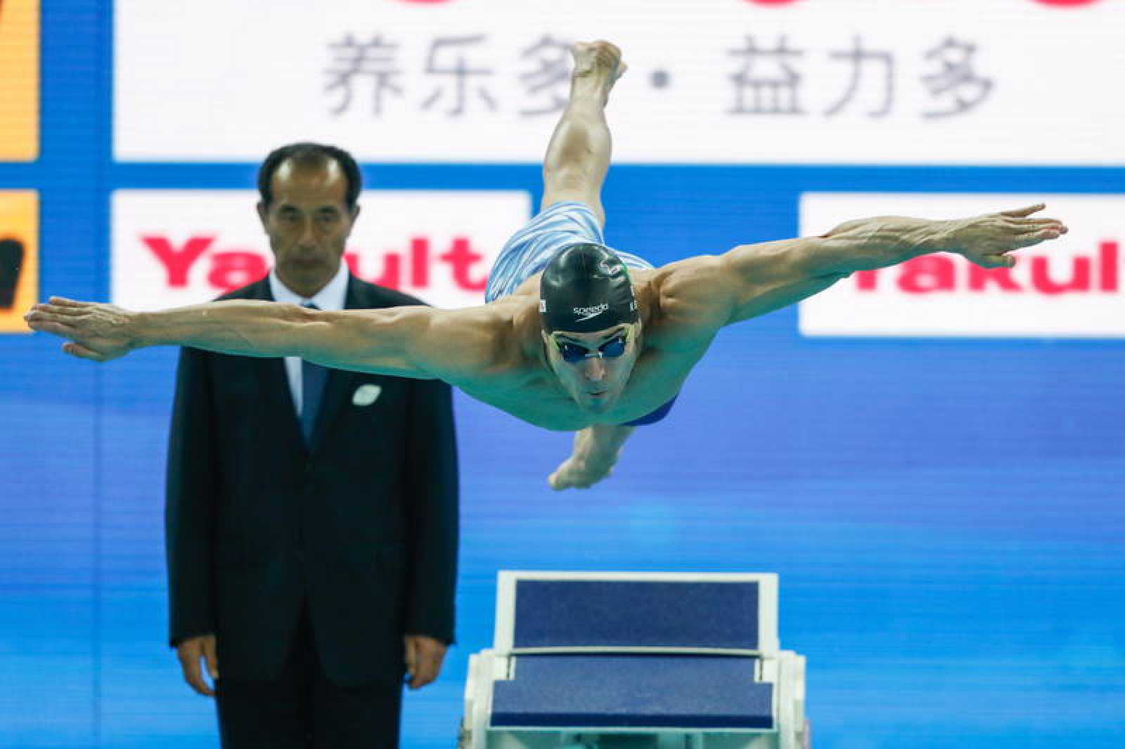 Nicholas Santos se lanza a la piscina