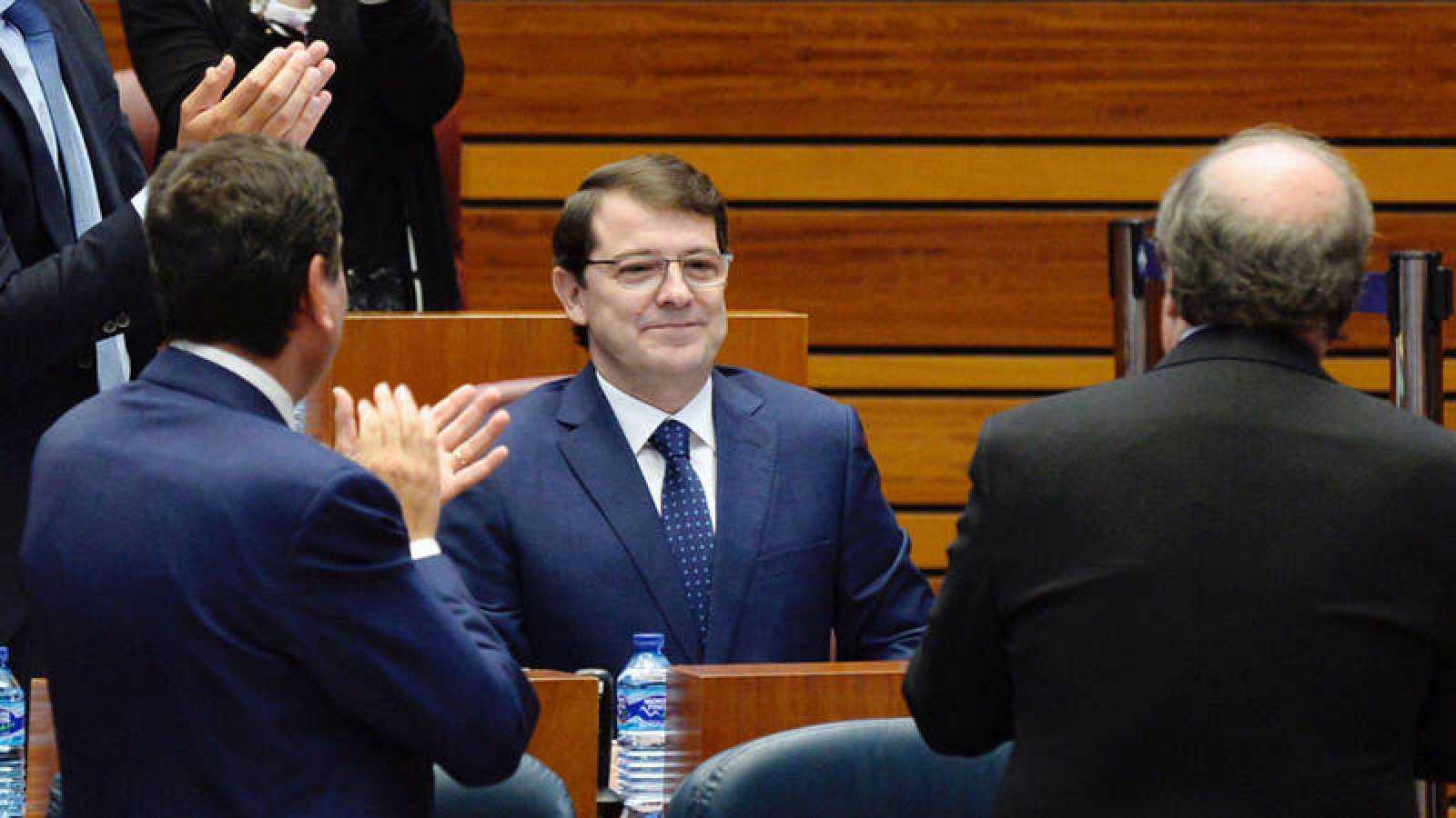 Alfonso Fernández Mañueco (2d), recibe los aplausos de los miembros del Grupo Parlamentario Popular