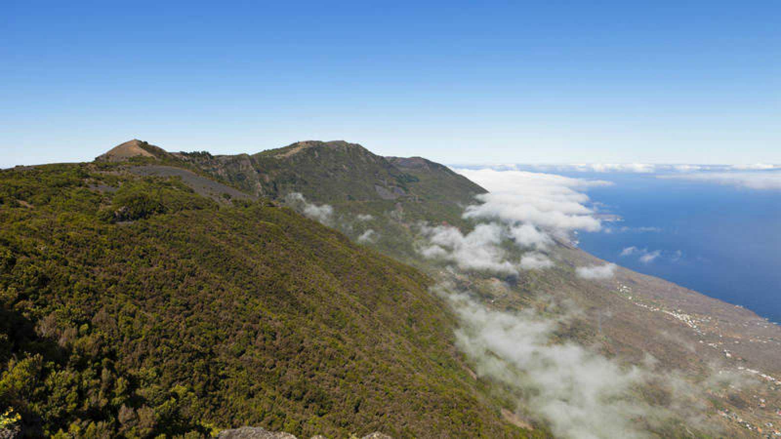 Conocer el patrimonio natural sin alterarlo es un punto fundamental en el turismo sostenible.Vistas de la isla de El Hierro desde el mirador de La Llania.