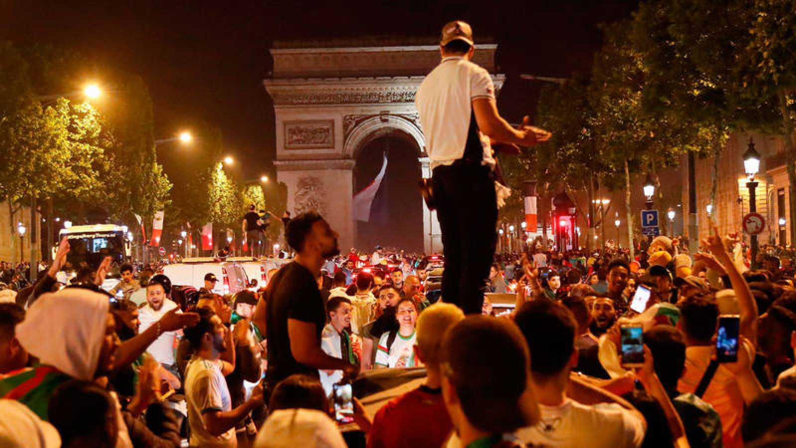 Aficionados argelinos celebran en París la clasificación de su país para la Copa Africana de Naciones