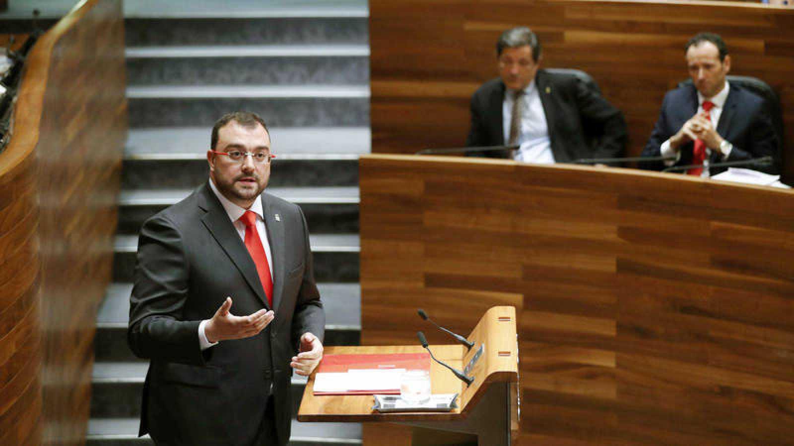 El candidato socialista a la Presidencia del Principado Adrián Barbón durante su intervención en el parlamento asturiano