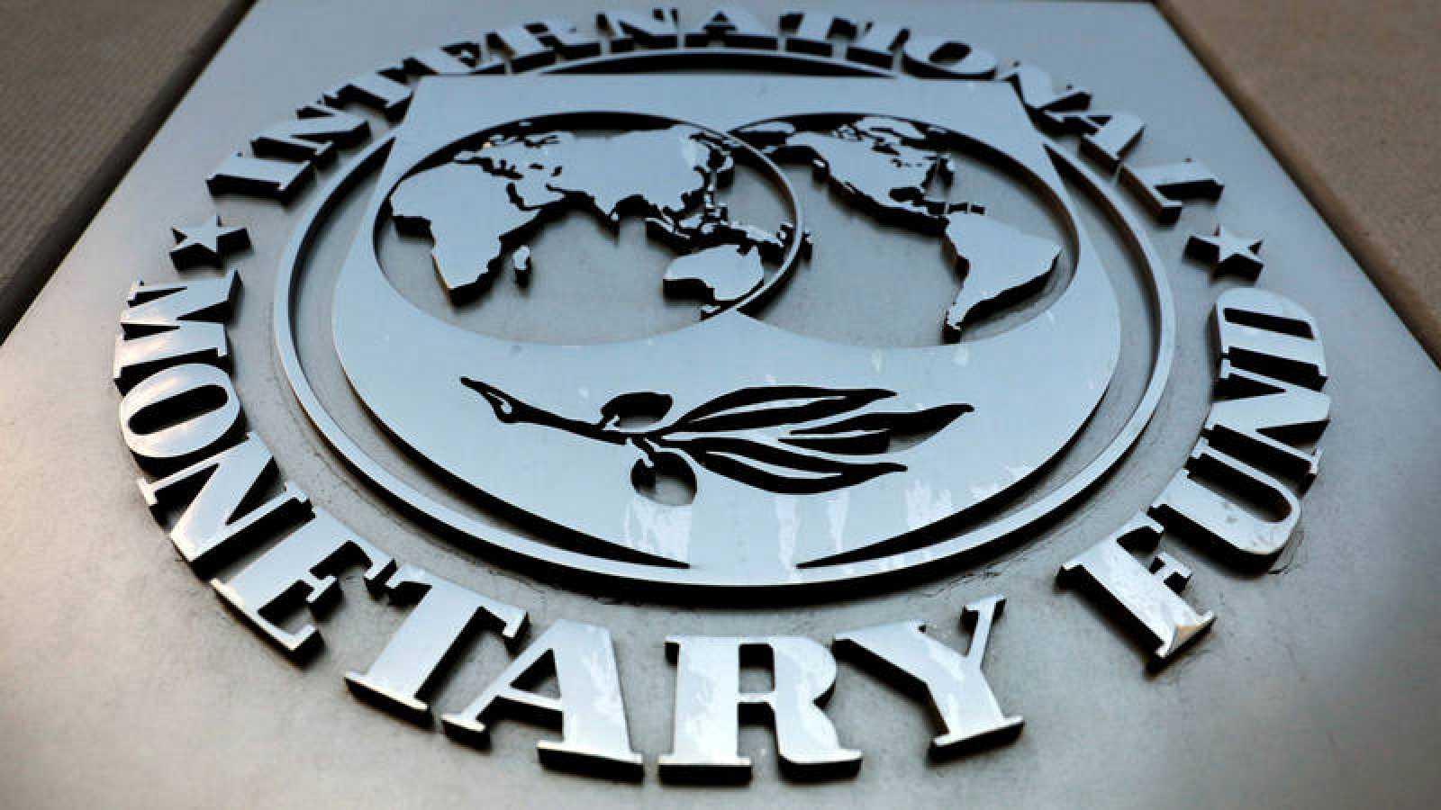 El logo del FMI en la sede del organismo en Washington