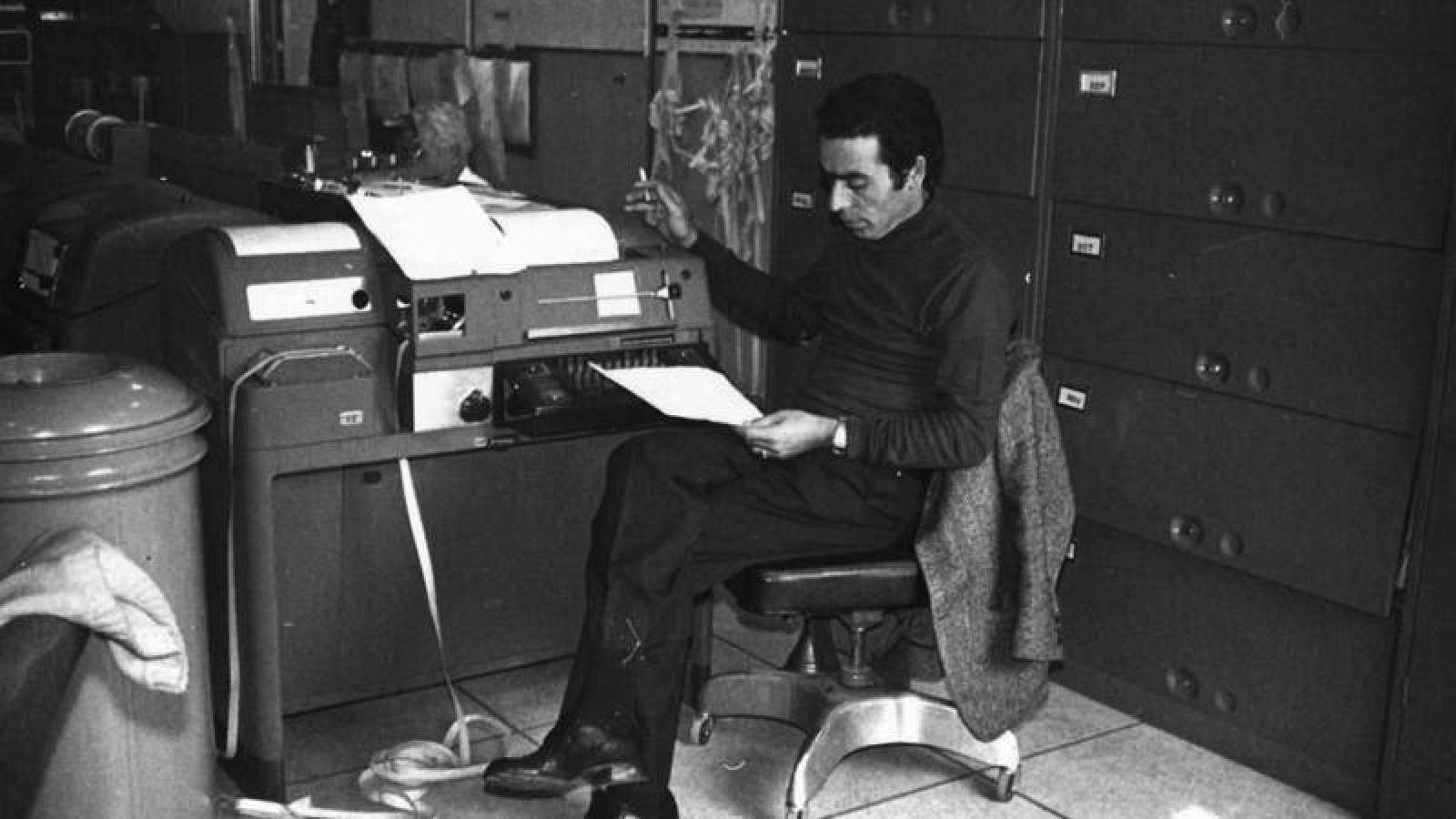 Saadia Levy en su puesto de trabajo, en la máquina de teletipos de Fresnedillas de la Oliva.