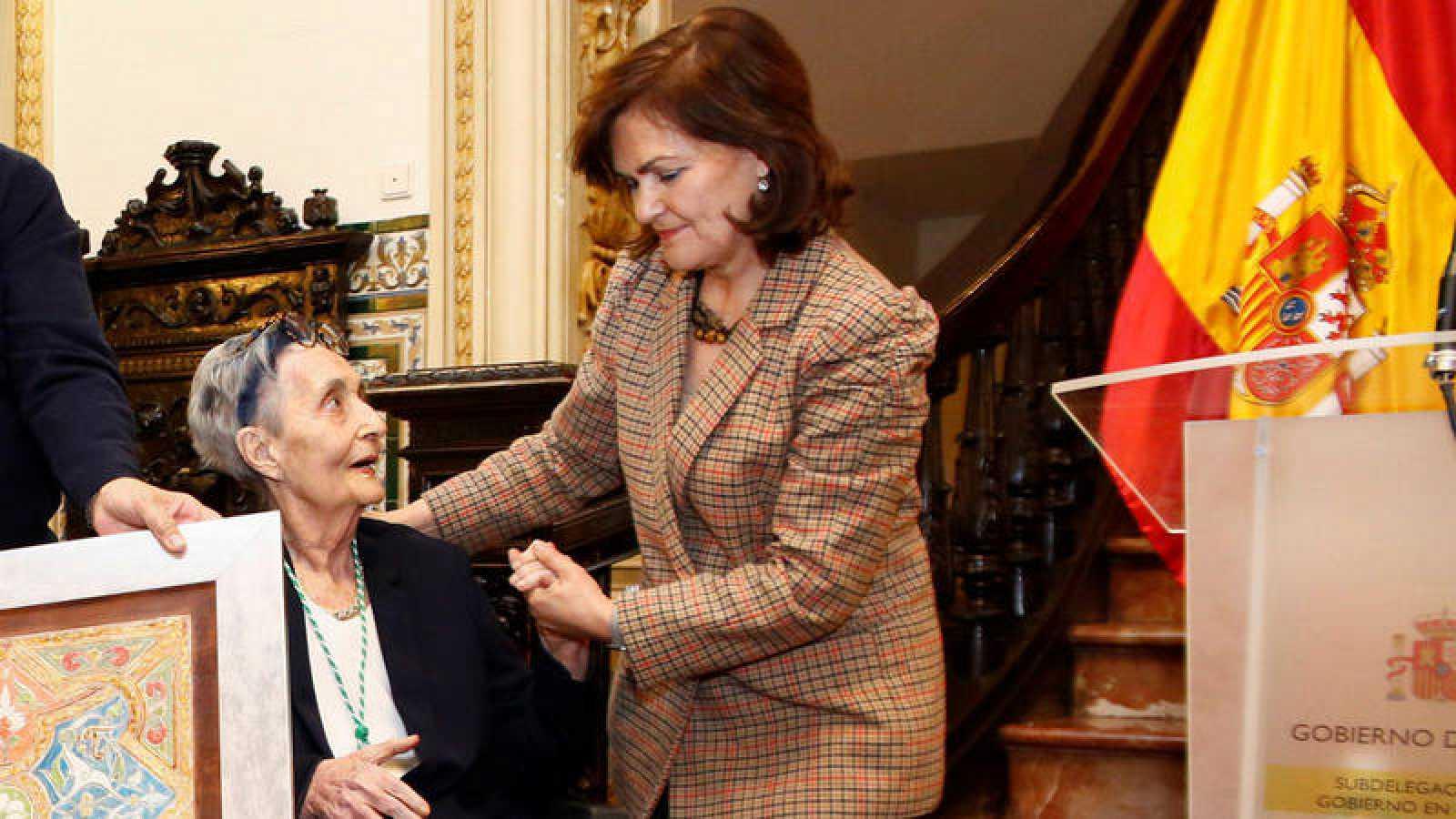 Mariluz Escribano conversa con Carmen Calvo tras recibir el X Premio de las Letras Andaluzas Elio Antonio de Nebrija
