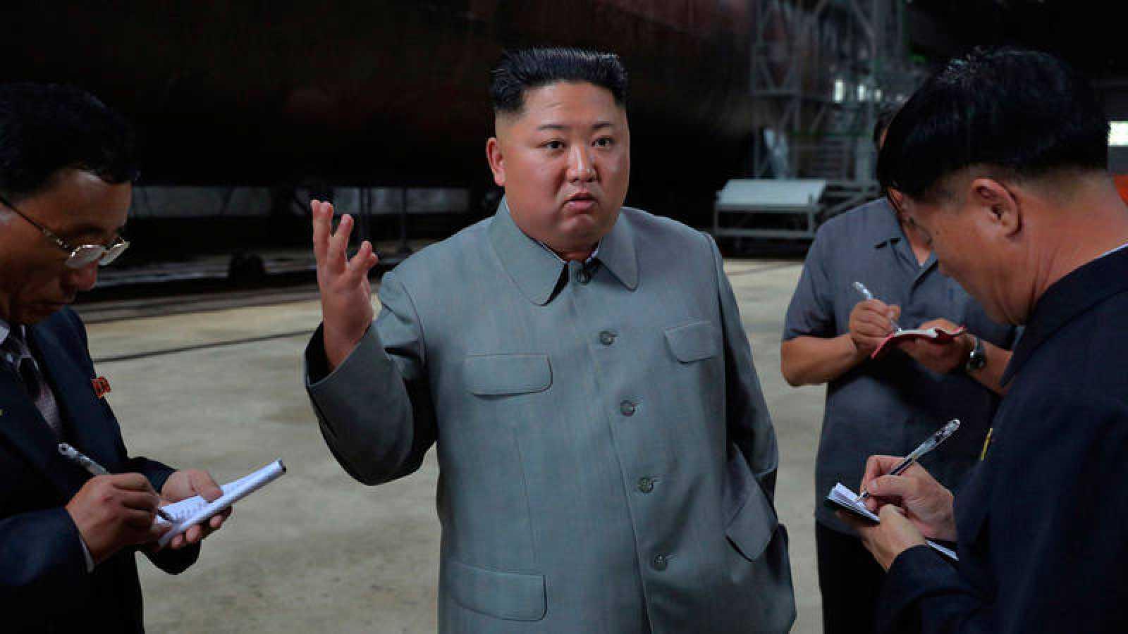 Foto de archivo del líder norcoreano Kim Jong-un inspeccionando un submarino.