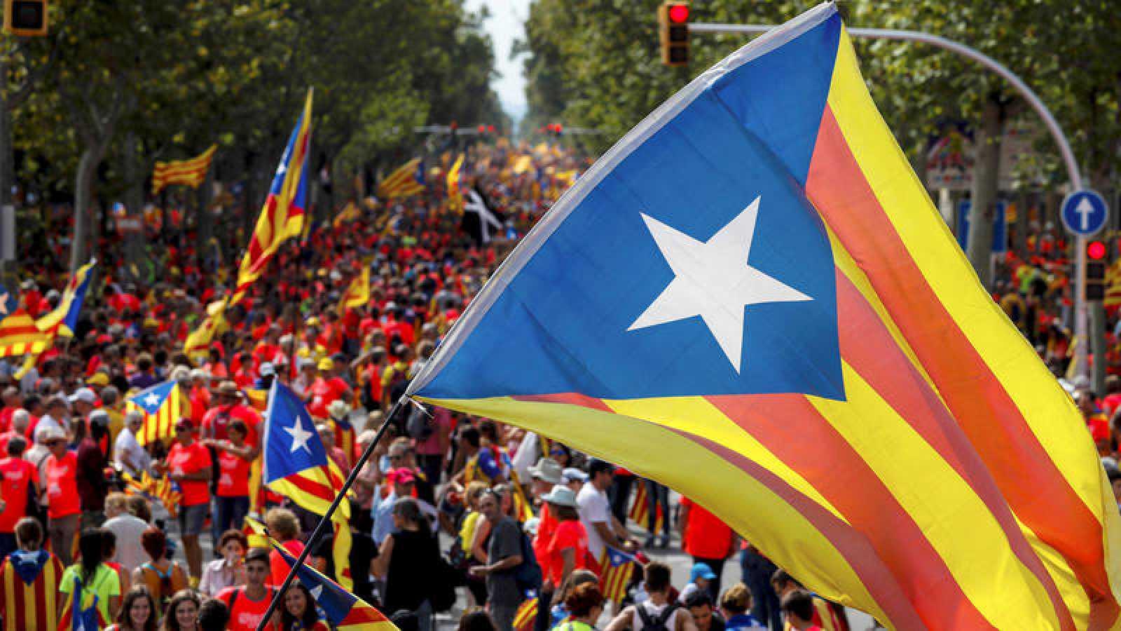 Una bandera estelada ondea en la manifestación de la Diada de 2018, en Barcelona