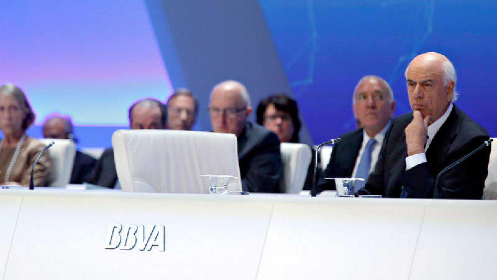 El presidente del BBVA, Francisco González, y el resto de la cúpula directiva en una junta de accionistas de 2014