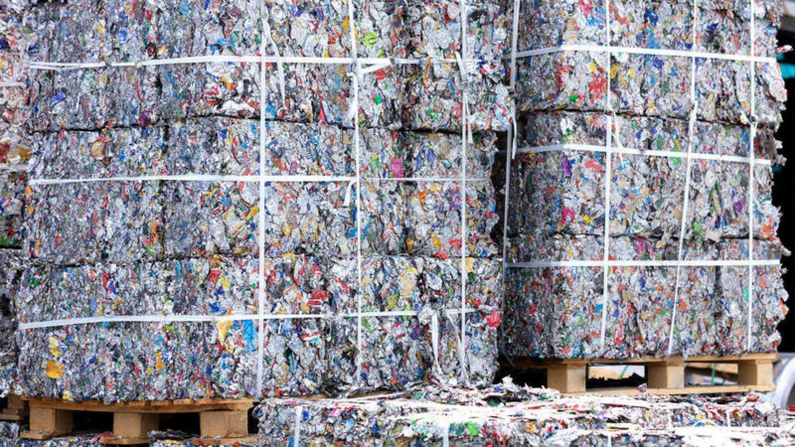 Altos bloques de chatarra hechos a partir de latas de alumino.