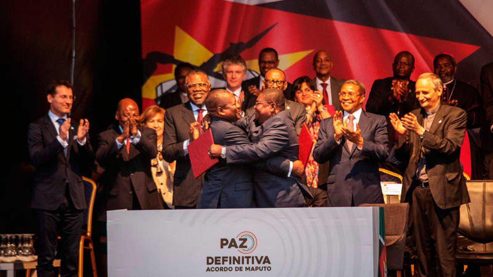 El presidente de Mozambique, Filipe Nyusi, y el líder de la oposición de Renamo, Ossufo Momade han firmado un acuerdo histórico destinado a poner fin formalmente a décadas de hostilidades militares.