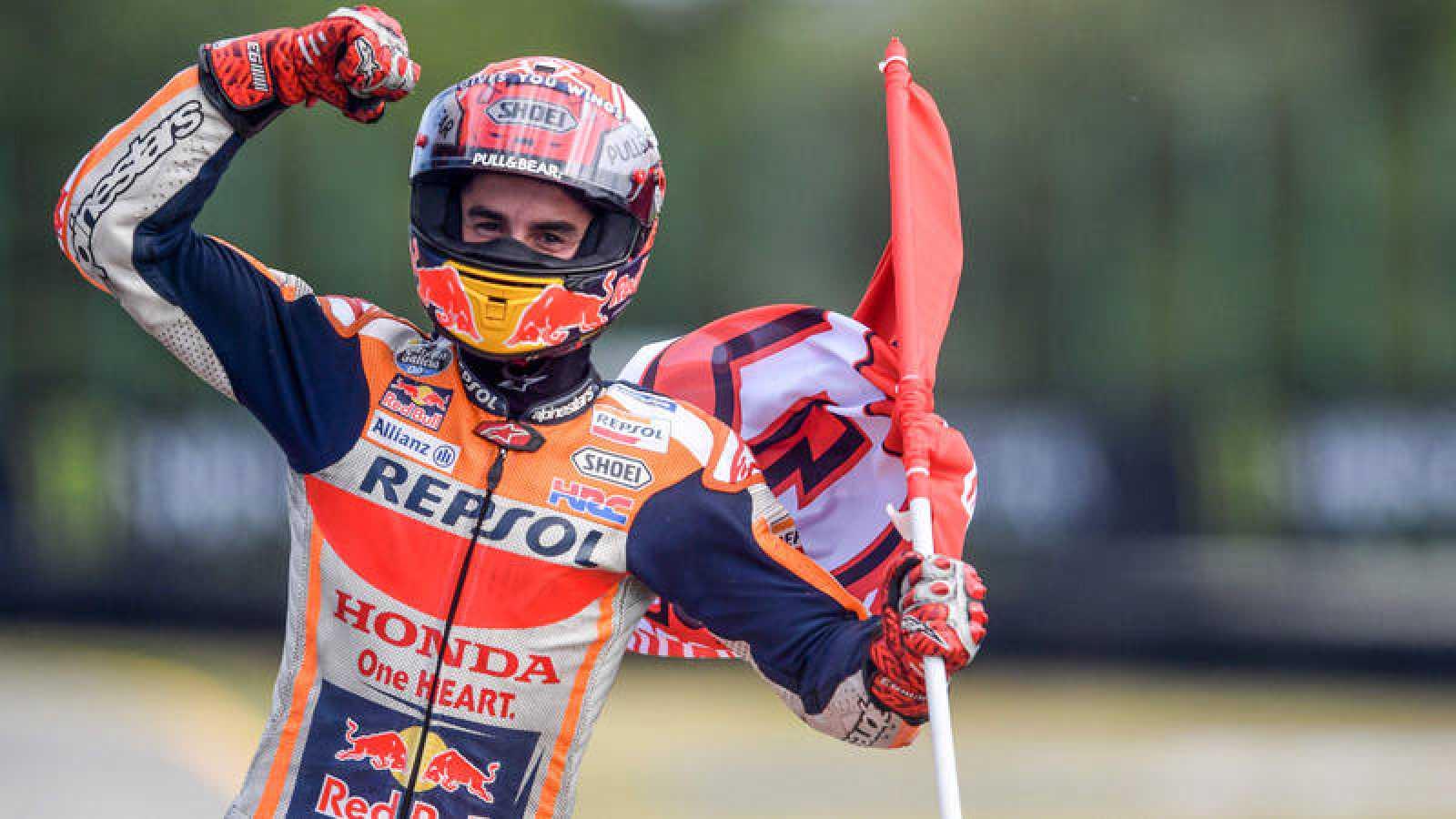 El español Marc Márquez celebra su reciente victoria en Brno.
