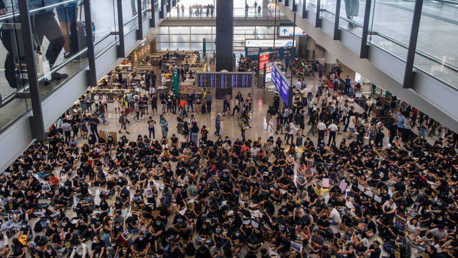 Protesta de los manifestantes de Hong Kong en el aeropuerto