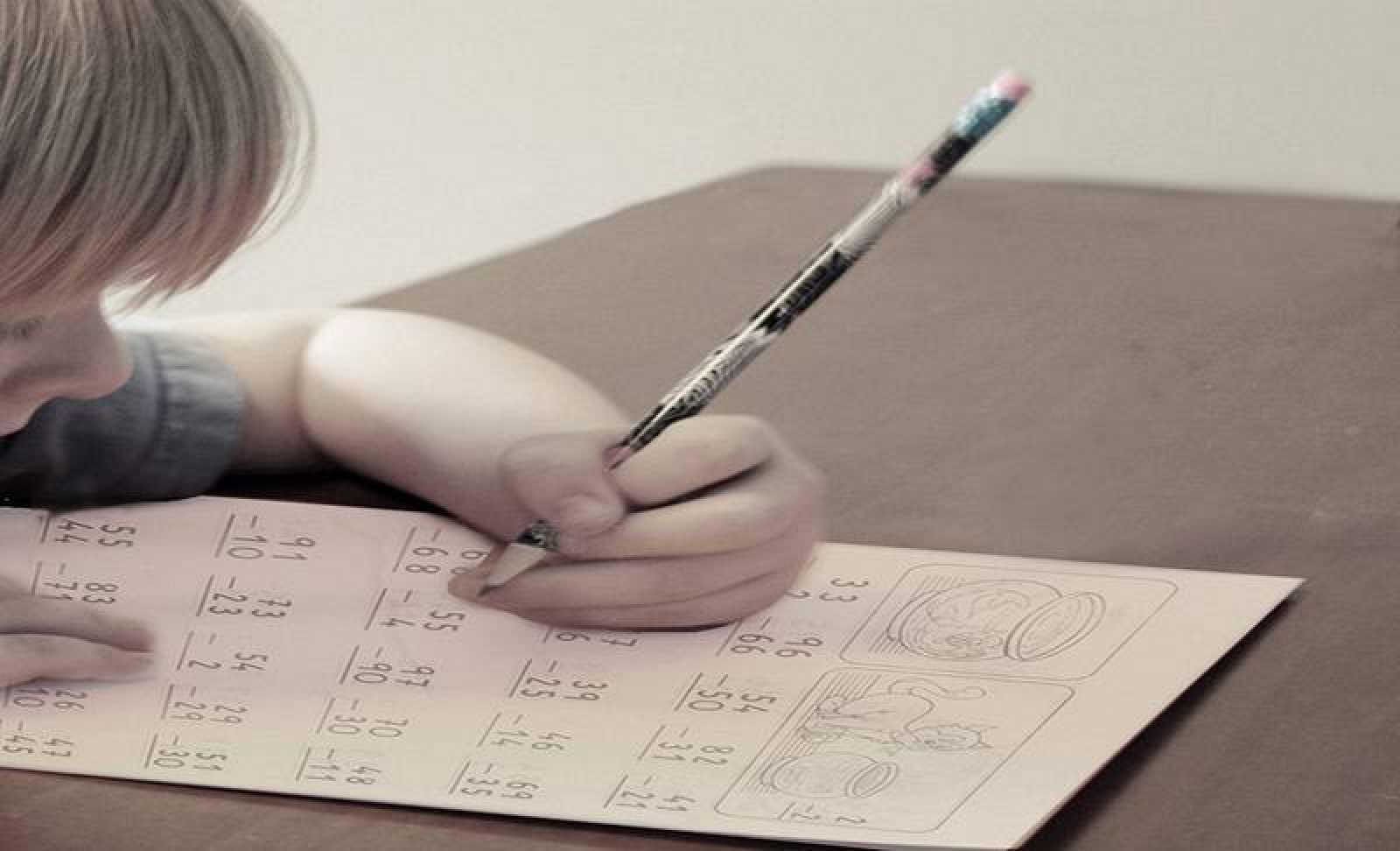 Un niño zurdo escribiendo