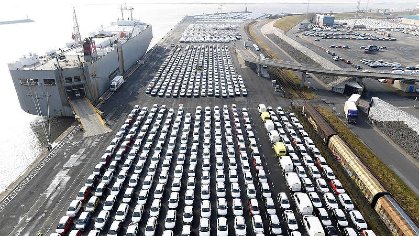 Coches la marca Volkswagen listos para ser embarcados en el puerto de Emden.