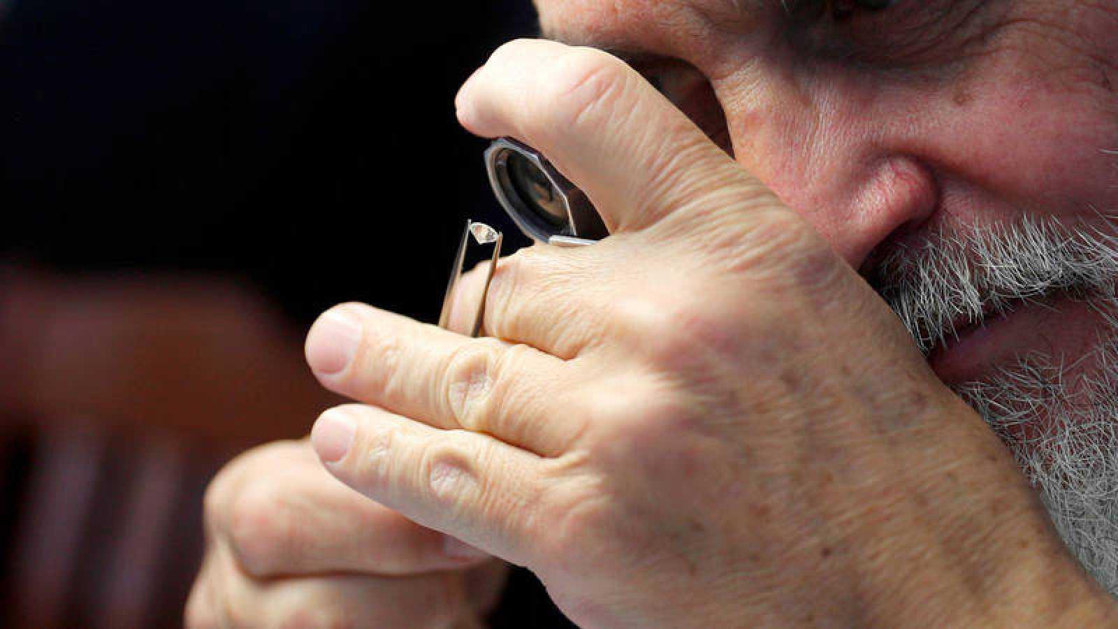 Un experto analiza con una lupa especial las características de un diamante.