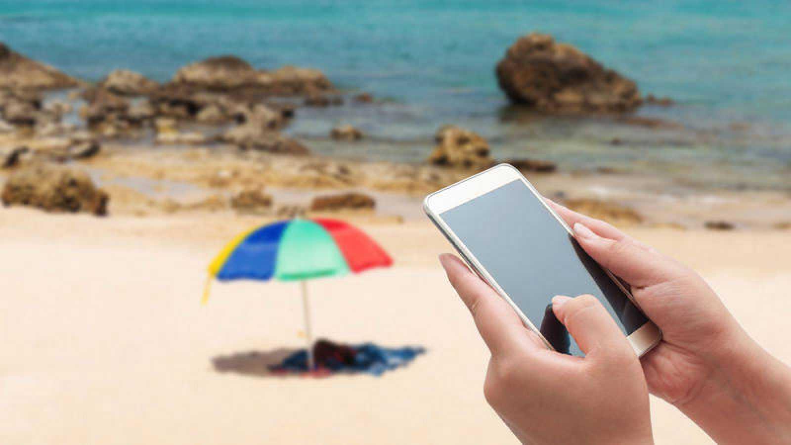 Los móviles se han convertido en habituales de las playas españolas