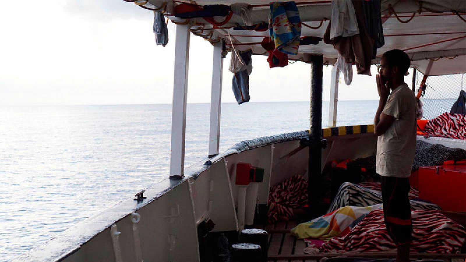 Uno de los 134 inmigrantes que lleva a bordo el Open Arms frente a la costa de Lampedusa