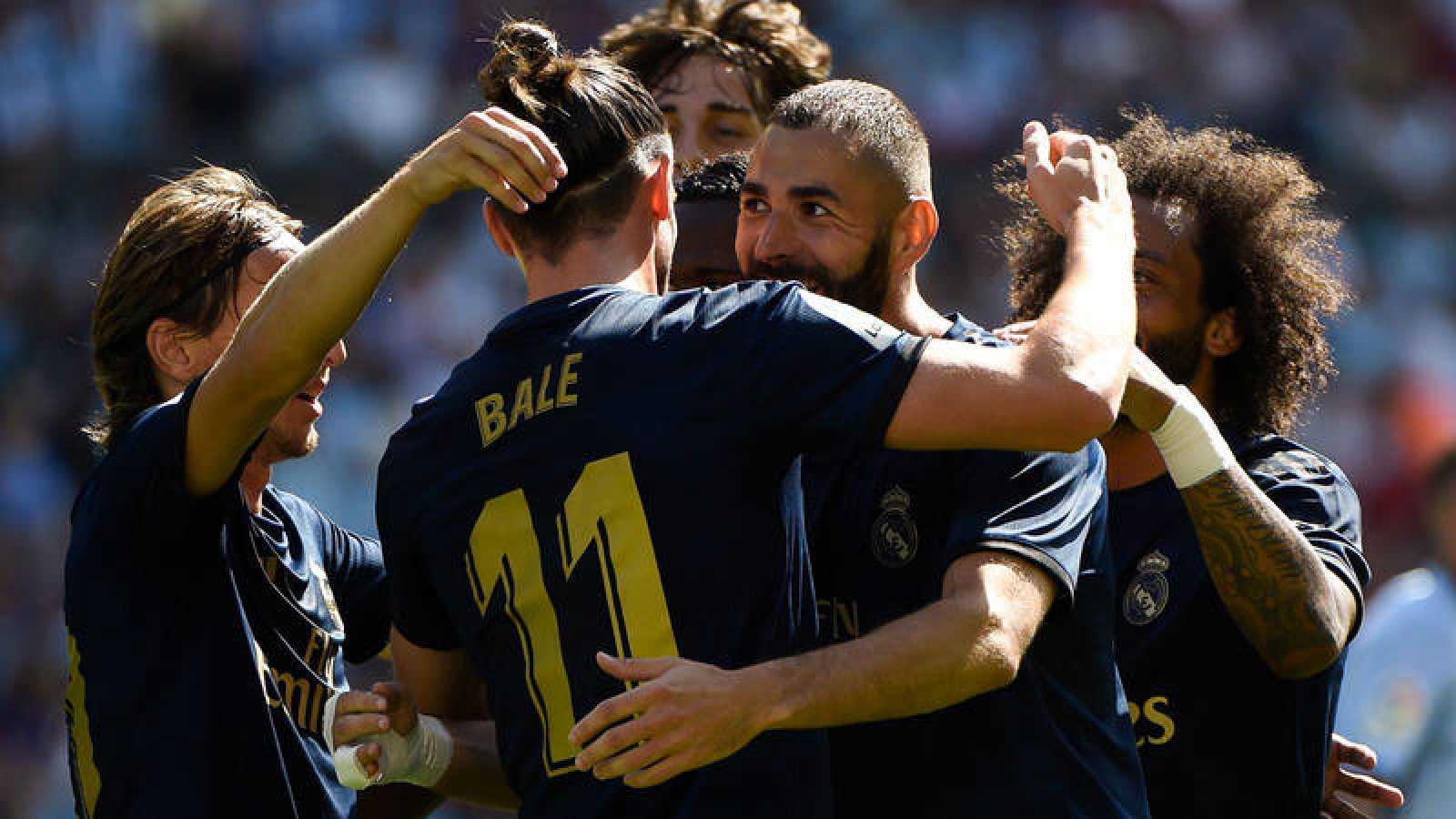Los jugadores del Madrid celebran con Benzema el 0-1 ante el Celta.