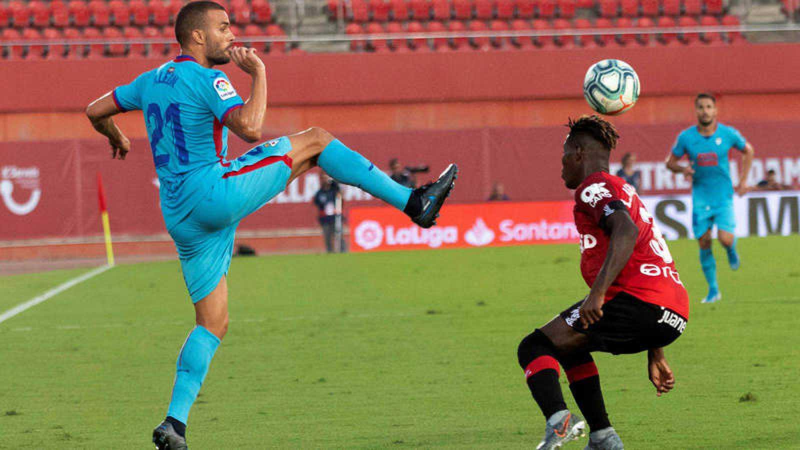 Agbenyenu y Pedro León luchan por el balón