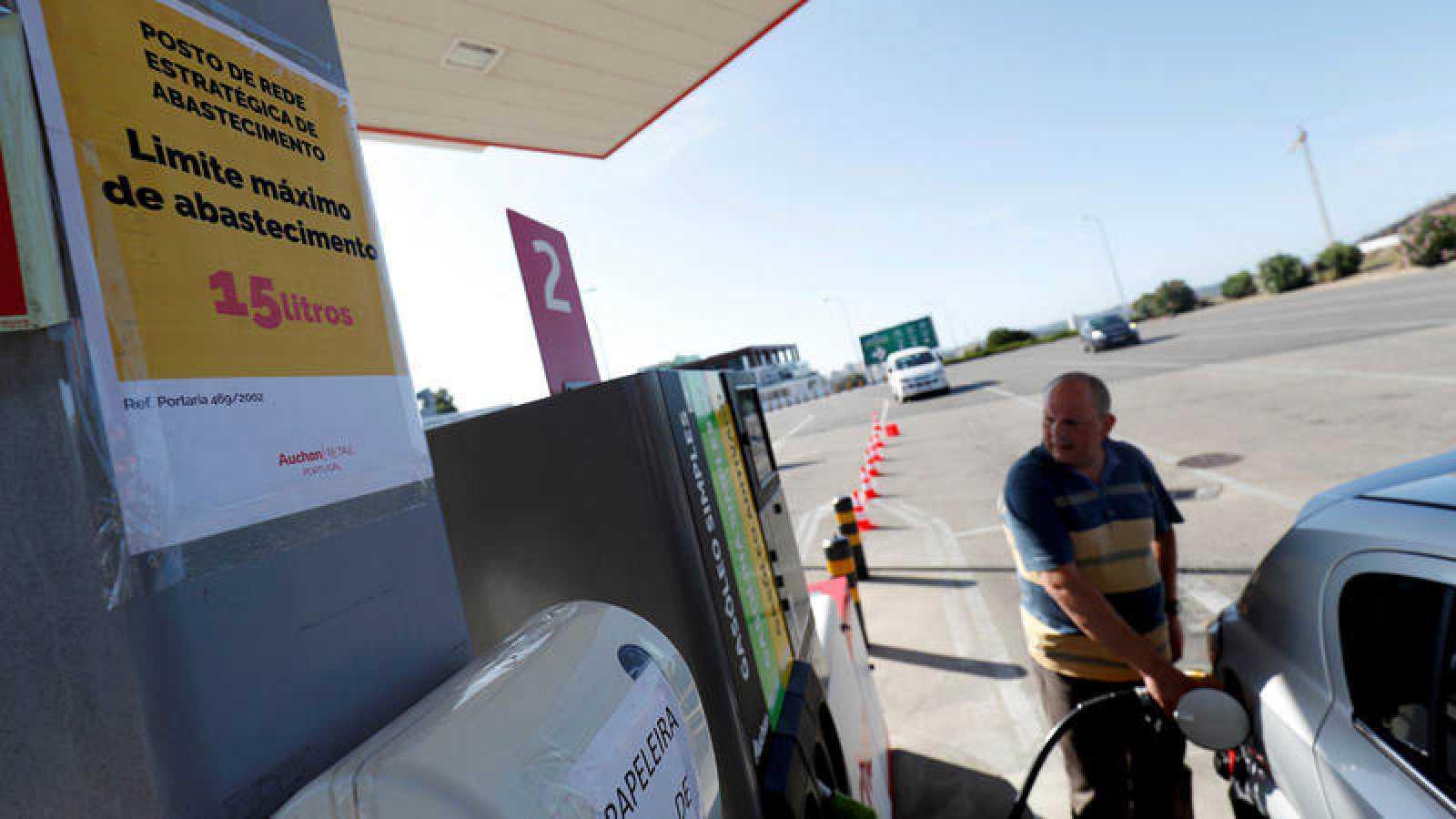 Un hombre reposta combustible en una gasolinera en Lisboa