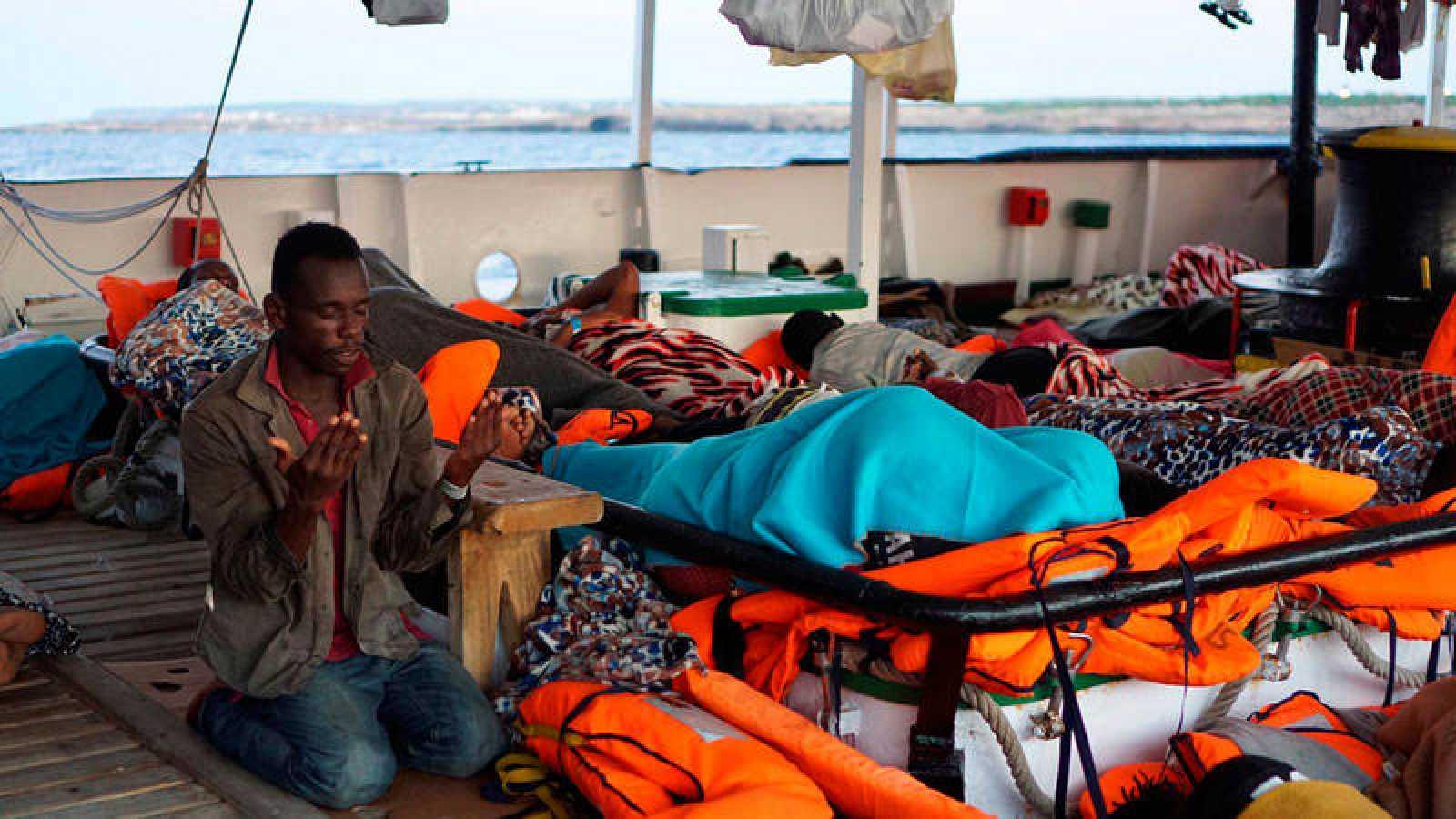 Un migrante reza a primera hora de esta mañana a bordo del Open Arms
