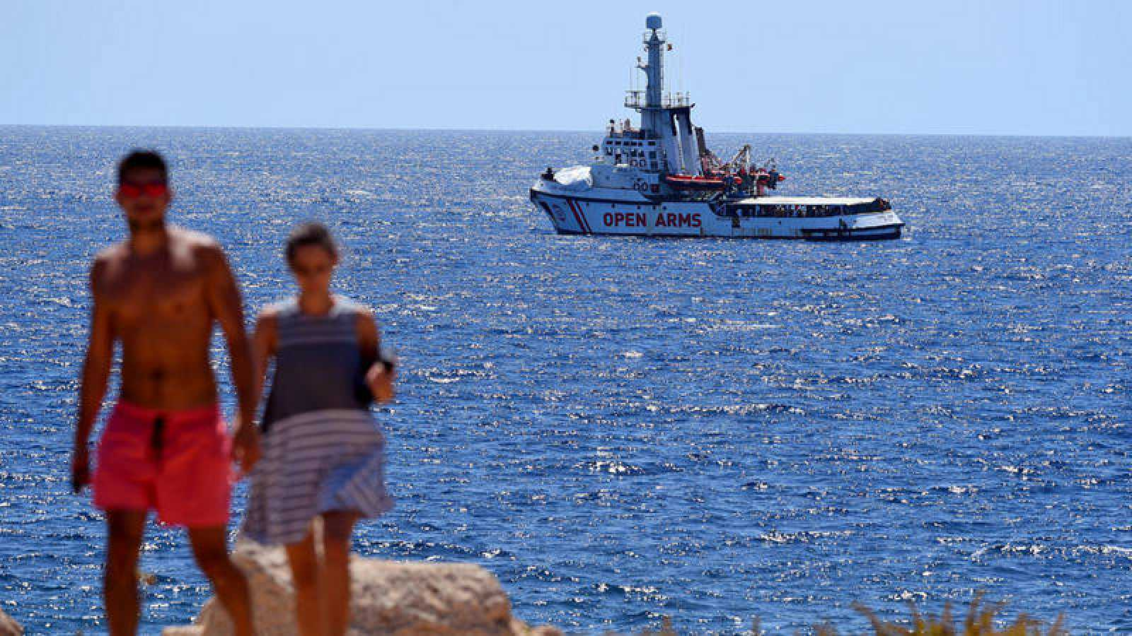 Italia se ofrece ahora a trasladar a los migrantes del Open Arms si el barco retira la bandera de España