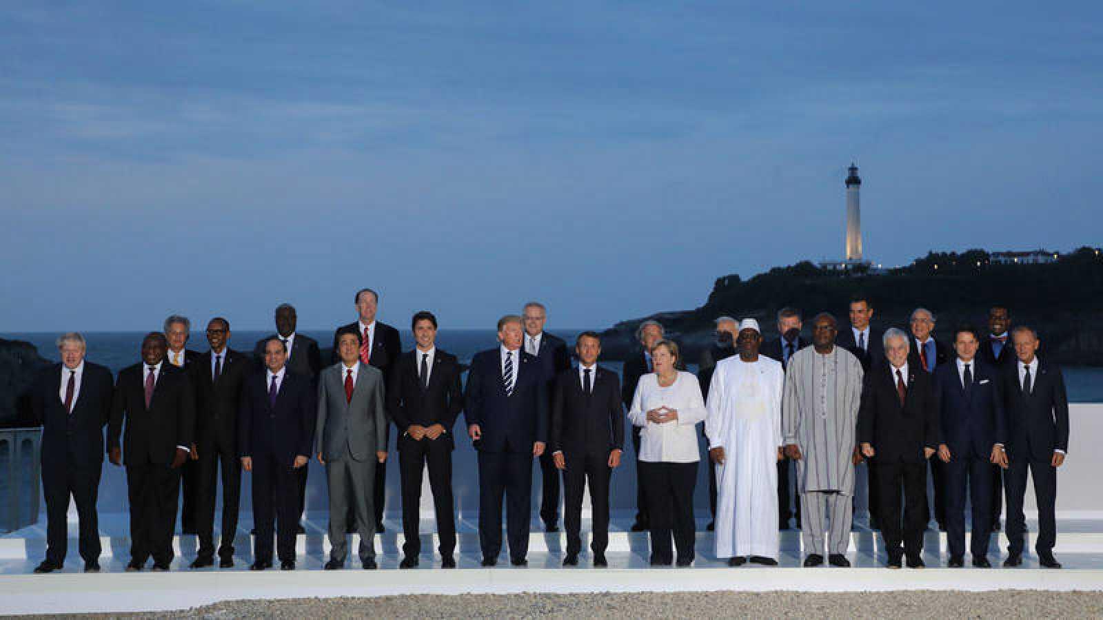 El presidente de Francia,Emmanuel Macron, posa con los líderes del G7 e invitados para la foto de familia de la cumbre de Biarritz