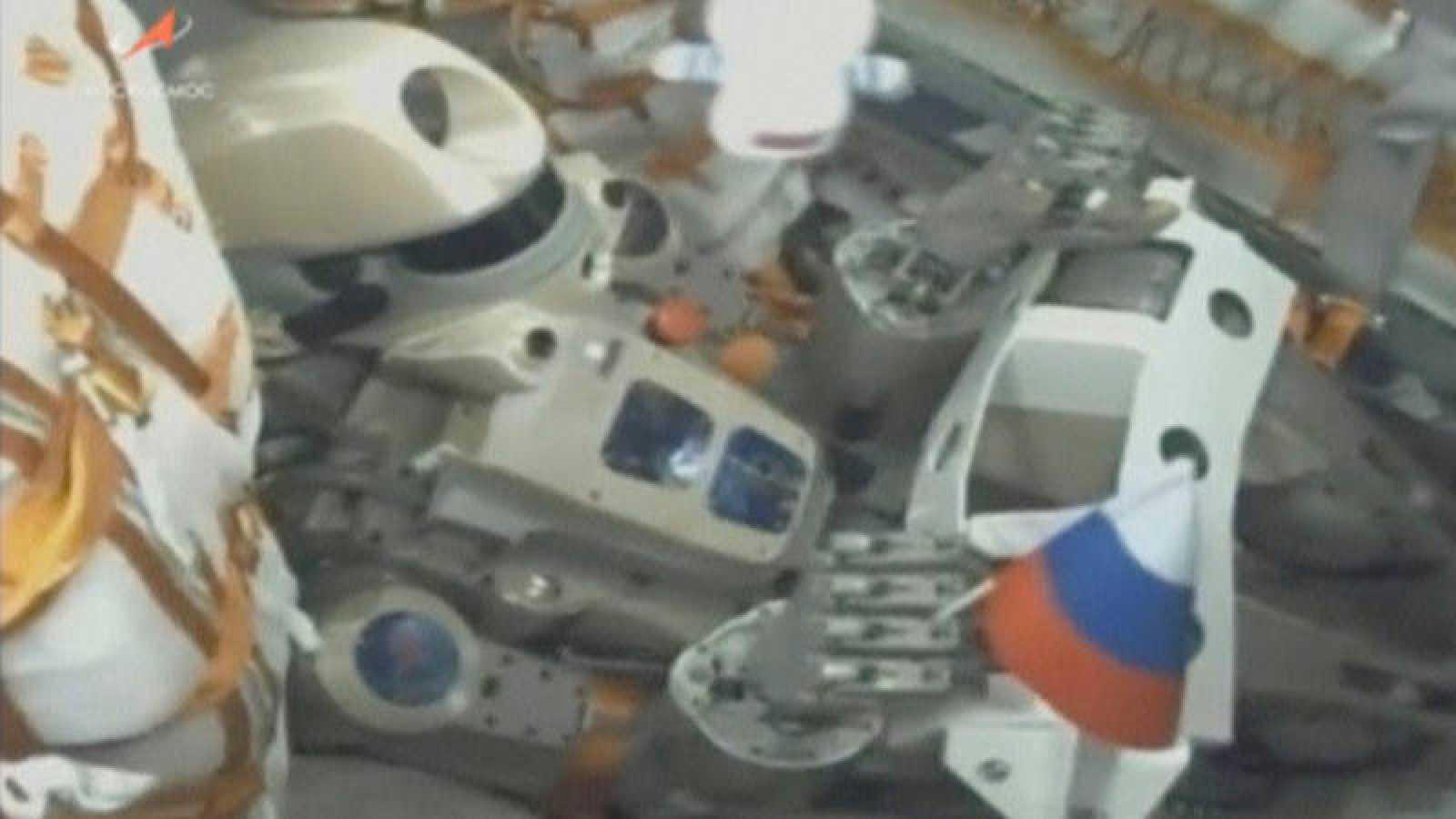 """El androide """"Fiódor"""", en el interior de la nave Soyuz antes del despegue"""