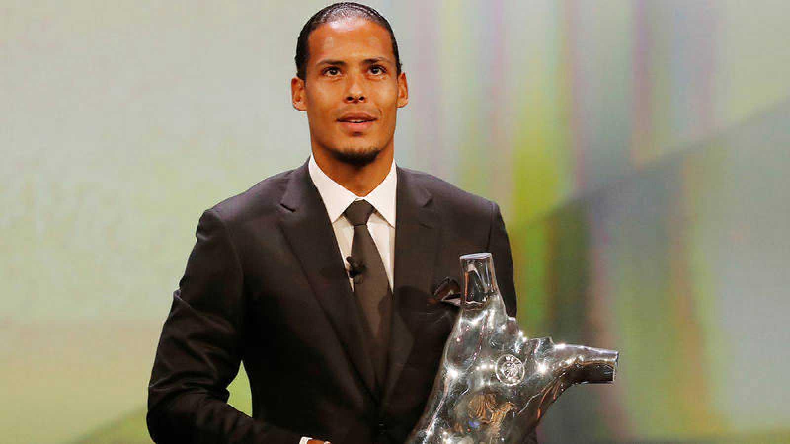 Van Dijk recibe el premio de mejor jugador del año en la UEFA.