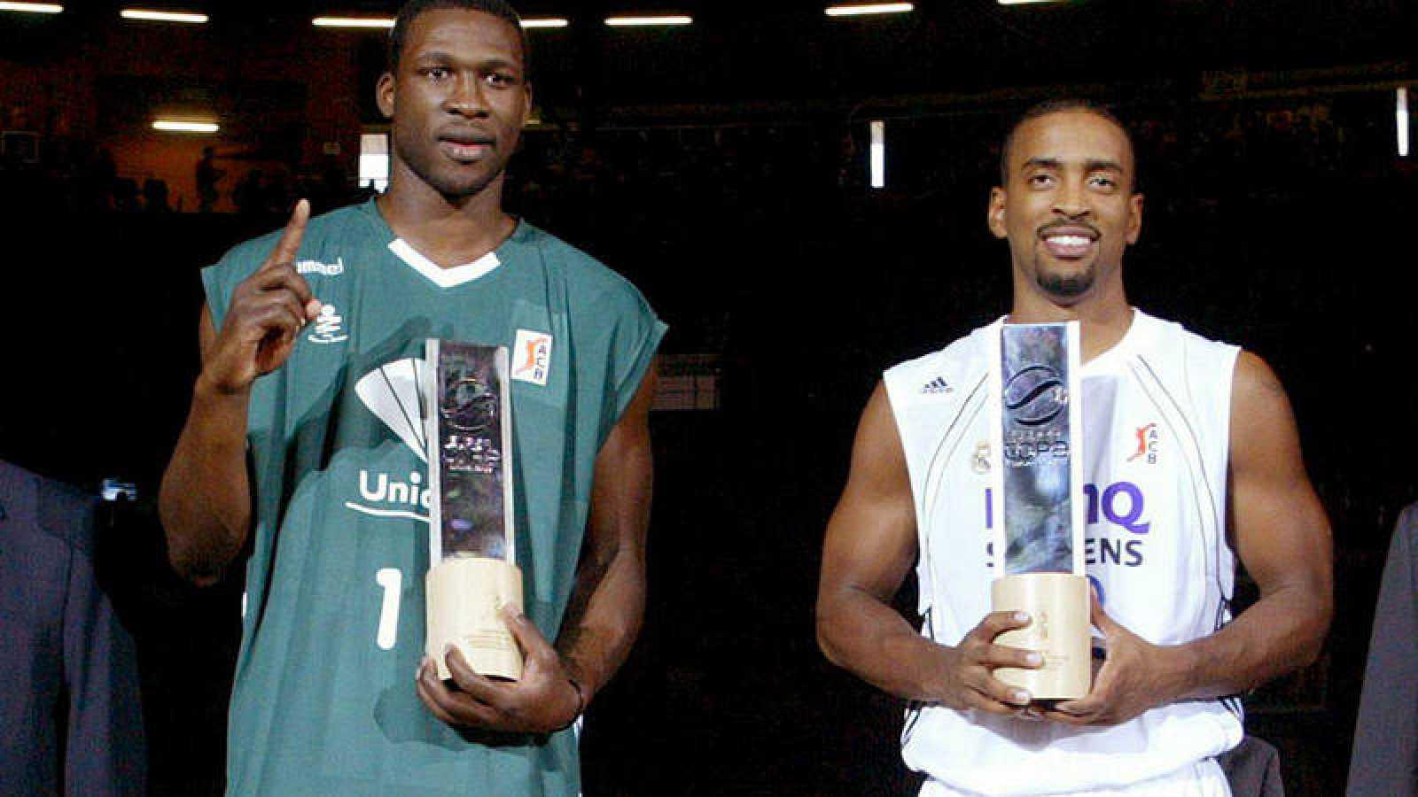 Bullock, a la izquierda, junto a Florent Pietrus como ganadores de mates y triples de 2006.