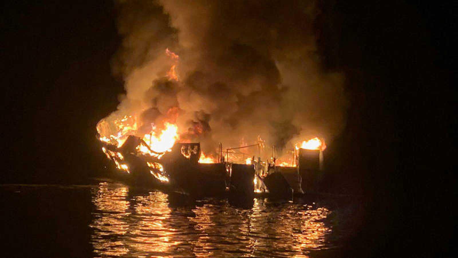 Imagen del barco que se ha incendiado cerca de la Isla de Santa Cruz, California.