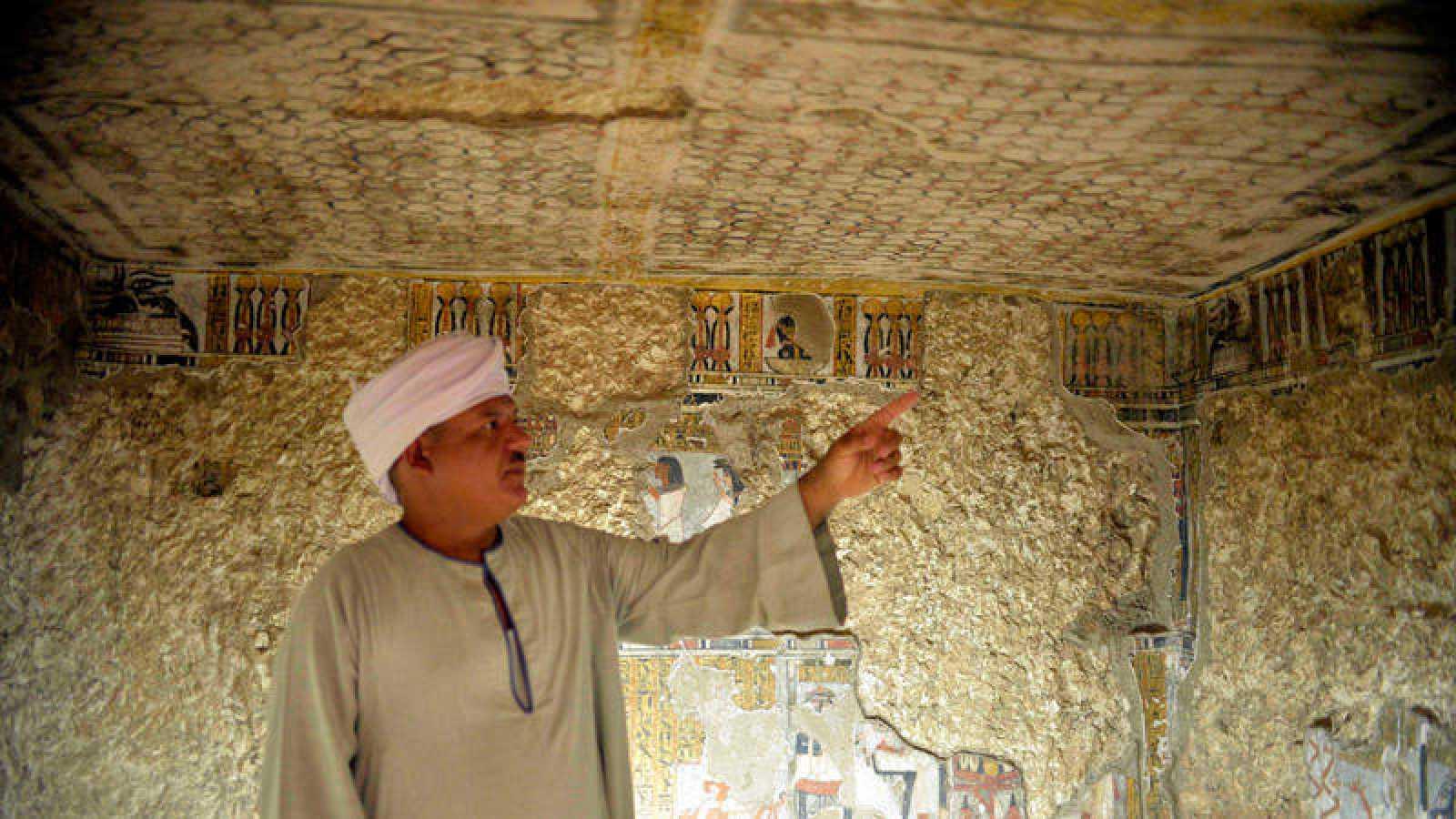 Un arqueólogo egipcio muestra una de las tumbas inauguradas en Luxor
