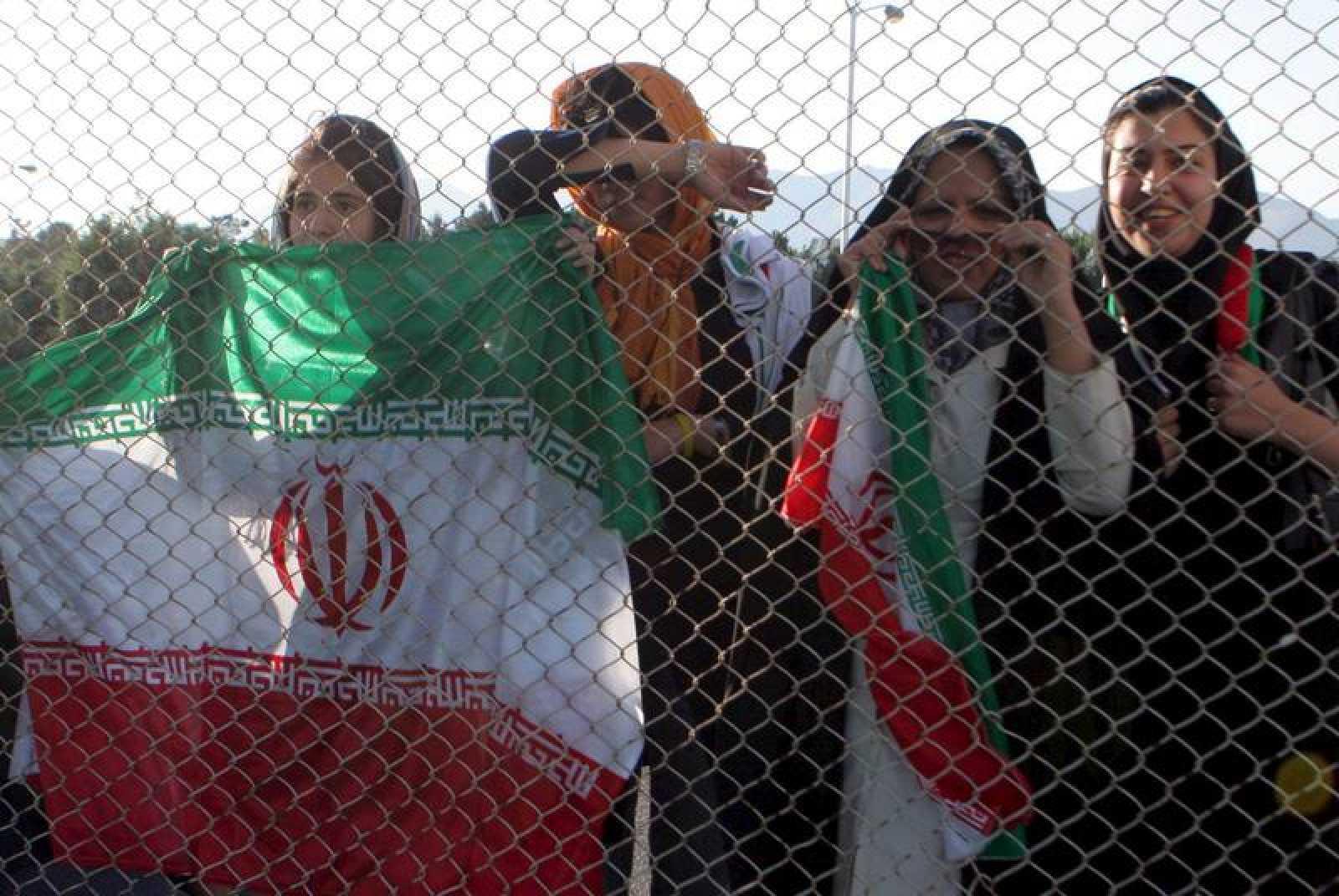 Seguidoras iraníes observan a distancia un entrenamiento de la selección nacional