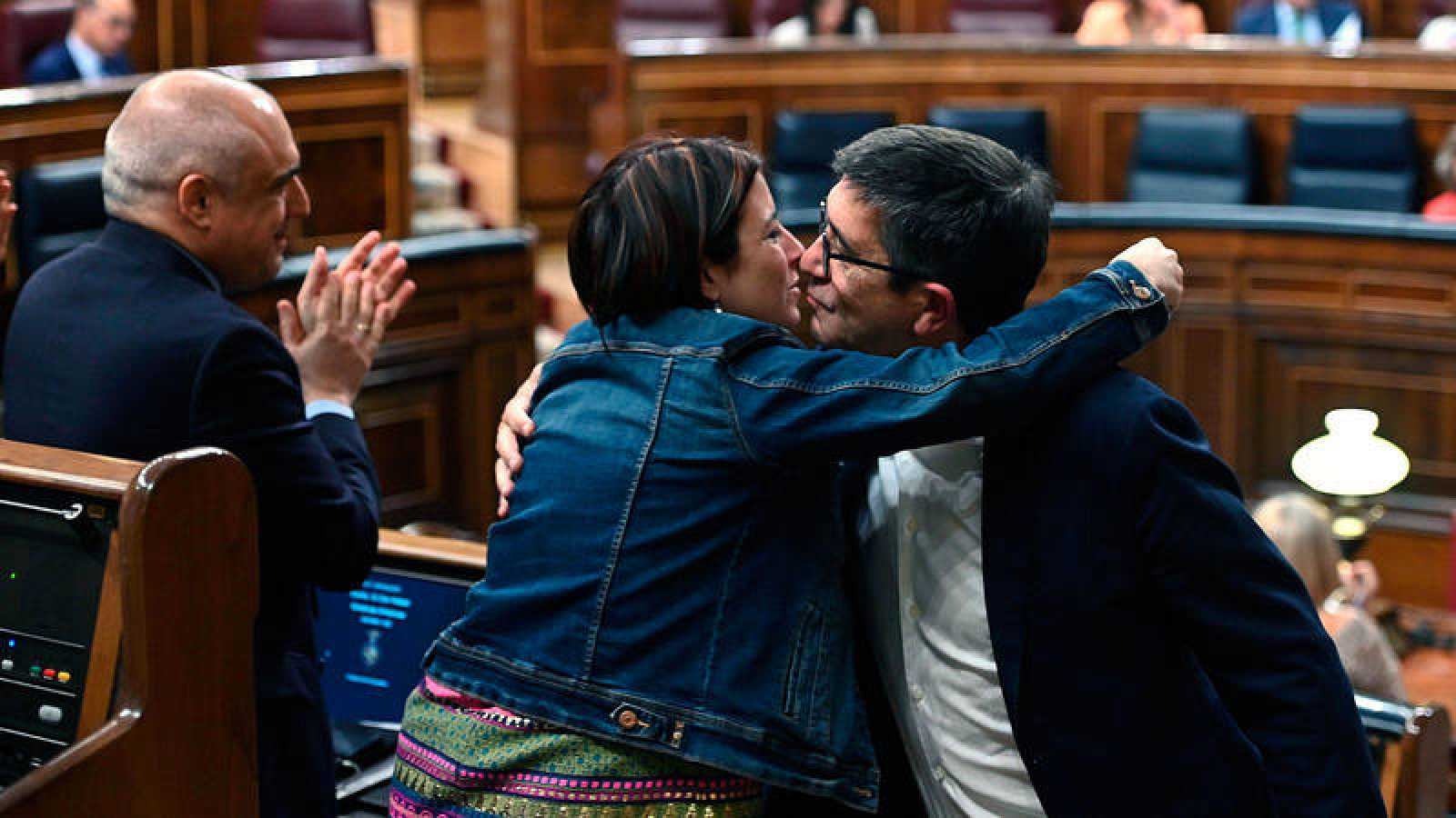 La portavoz del Grupo Socialista, Adriana Lastra, felicita a Patxi López tras su presentación de la propuesta de ley de regulación de la eutanasia en el Congreso de los Diputados.