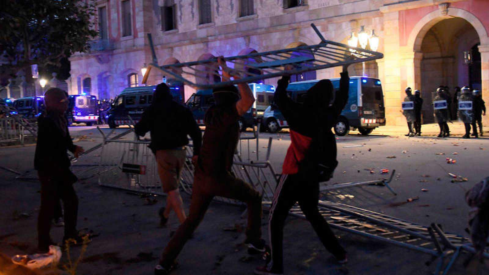 Tensión entre manifestantes independentistas y Mossos ante el Parlament