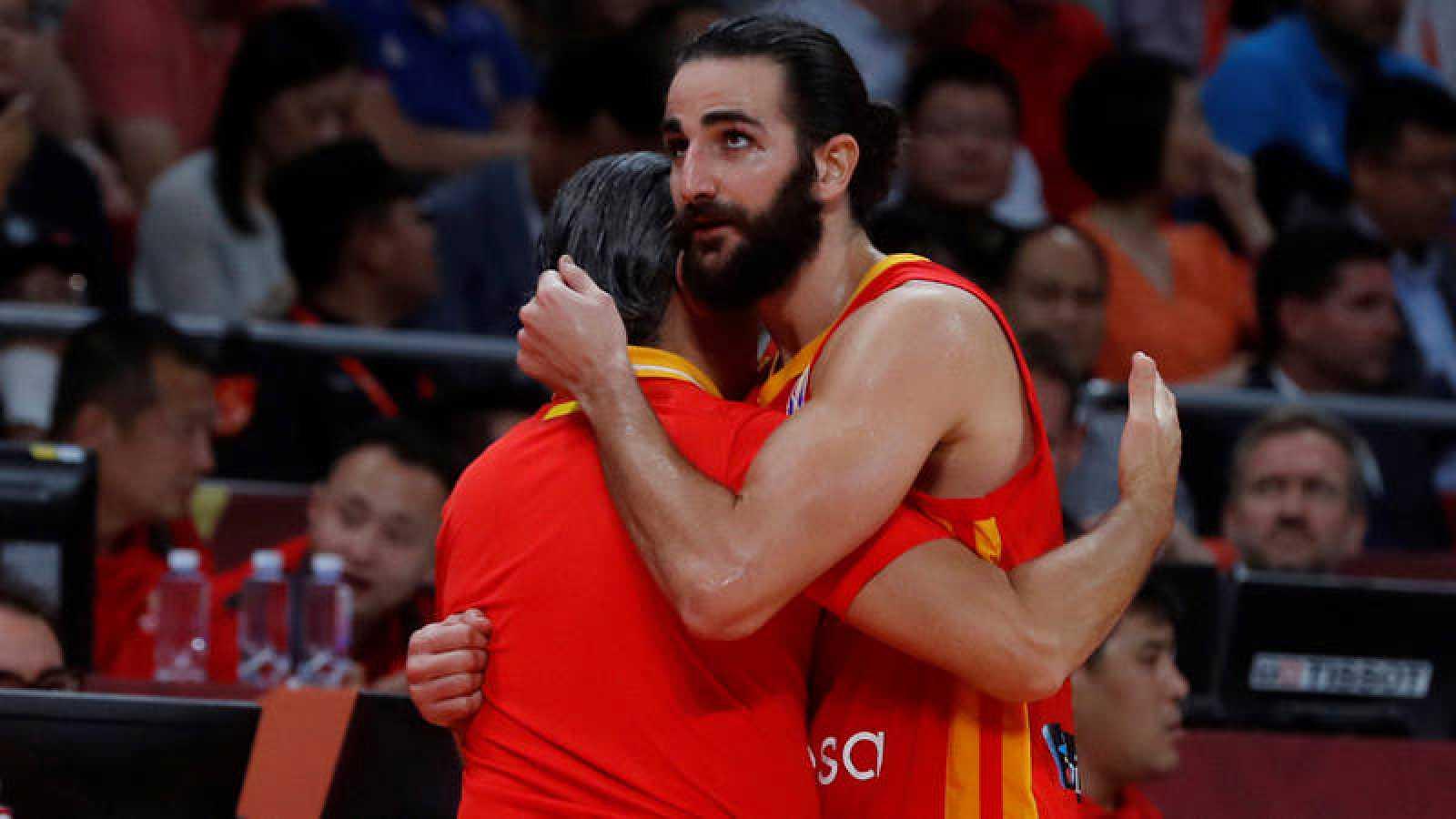 El 'MVP' del campeonato del mundo, Ricky Rubio, abraza al seleccionador, Sergio Scariolo