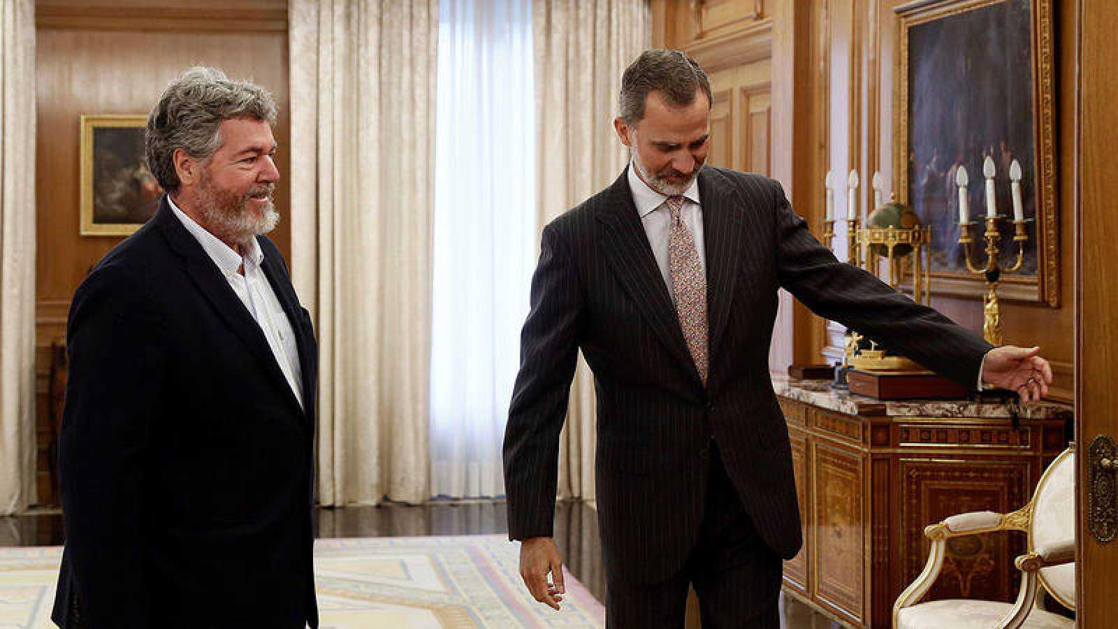 El rey Felipe VI saluda al diputado de Equo Juan López de Uralde, hoy Lunes en el palacio de la Zarzuela, dentro de la ronda de consultas con los partidos.