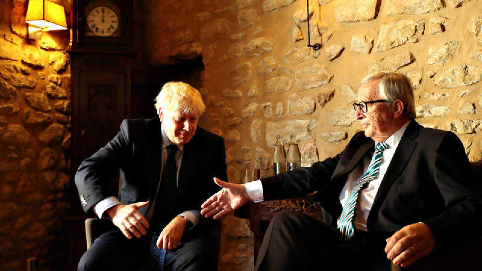 El primer ministro británico, Boris Johnson, yel presidente de la Comisión Europea, Jean Claude Juncker, durante su encuentro en Luxemburgo