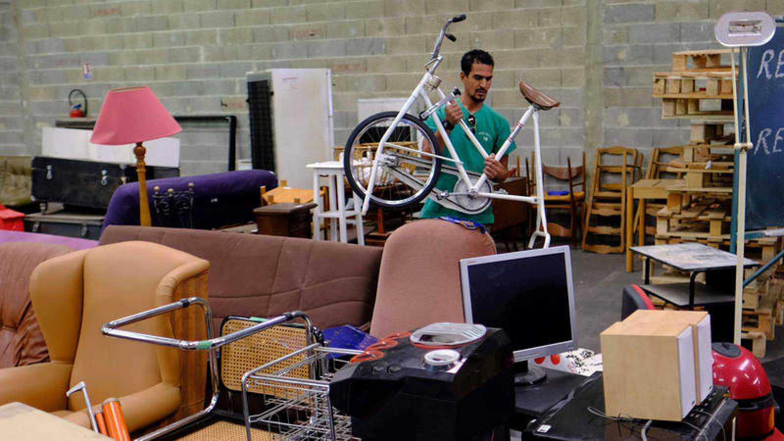 Un trabajador de un centro de reciclaje