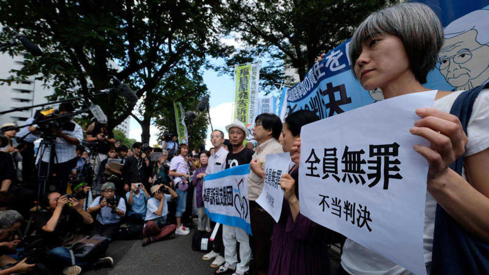 Manifestantes protestan por la absolución de los altos cargos de Tepco