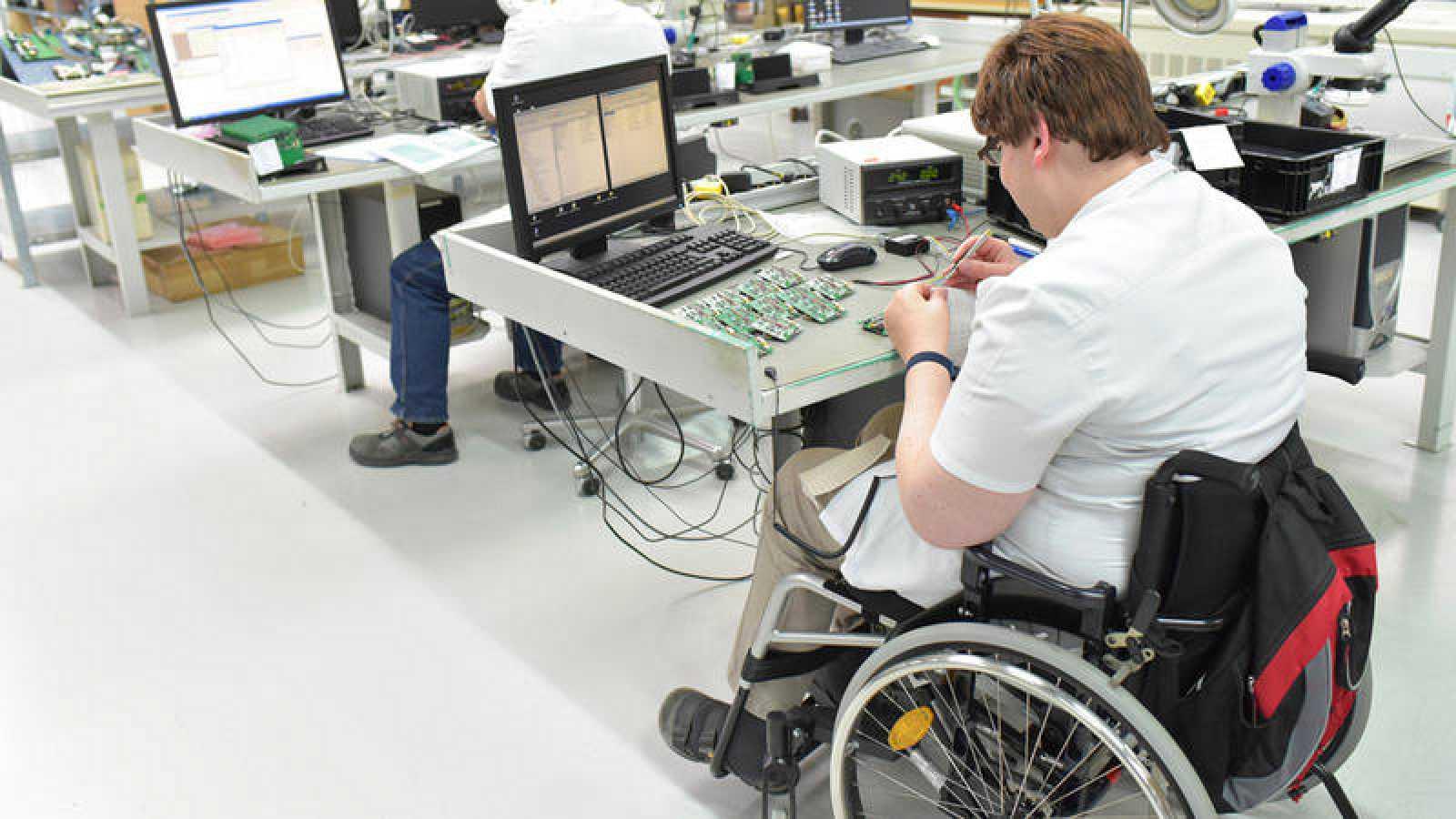 Los trabajadores con discapacidad cobran un 17% menos que el resto