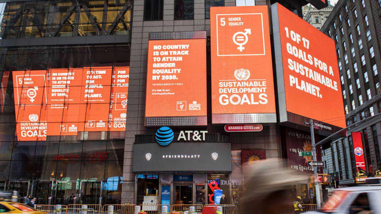 Nueva York acoge la cumbre del clima rodeada de paneles que anuncian los Objetivos del Desarrollo Sostenible