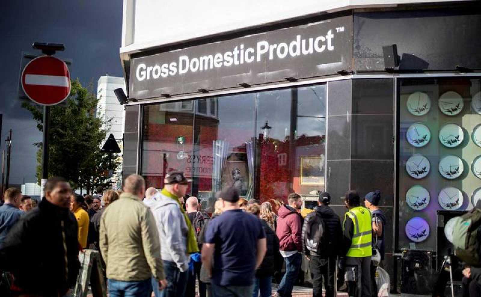 """""""Gross domestic product"""" (producto interior bruto) ha aparecido de la noche a la mañana en el barrio de Croydon, ocupando un antiguo comercio en desuso"""