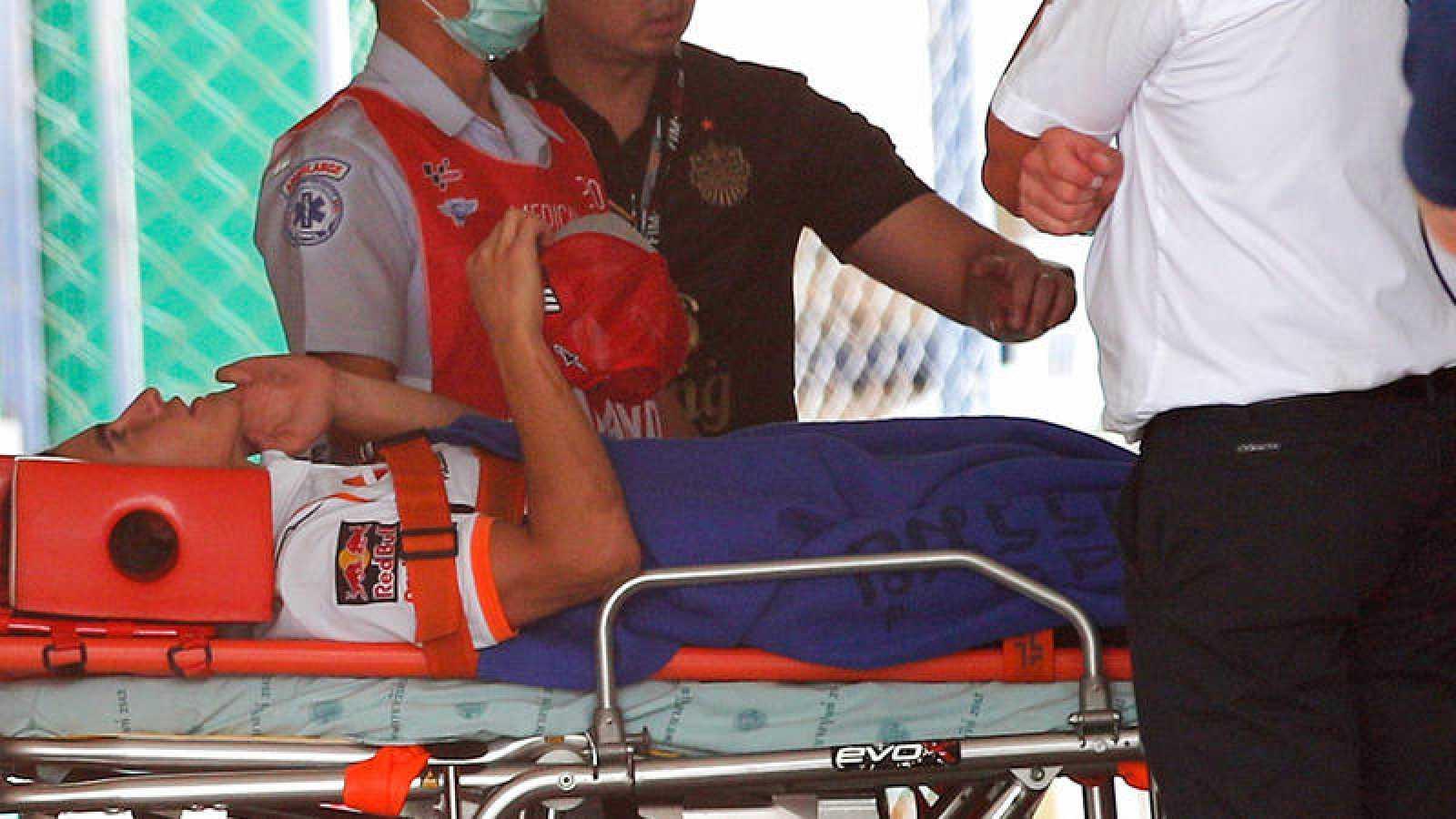 Momento en el que Marc Márquez es trasladado en ambulancia al hospital de Buriram.