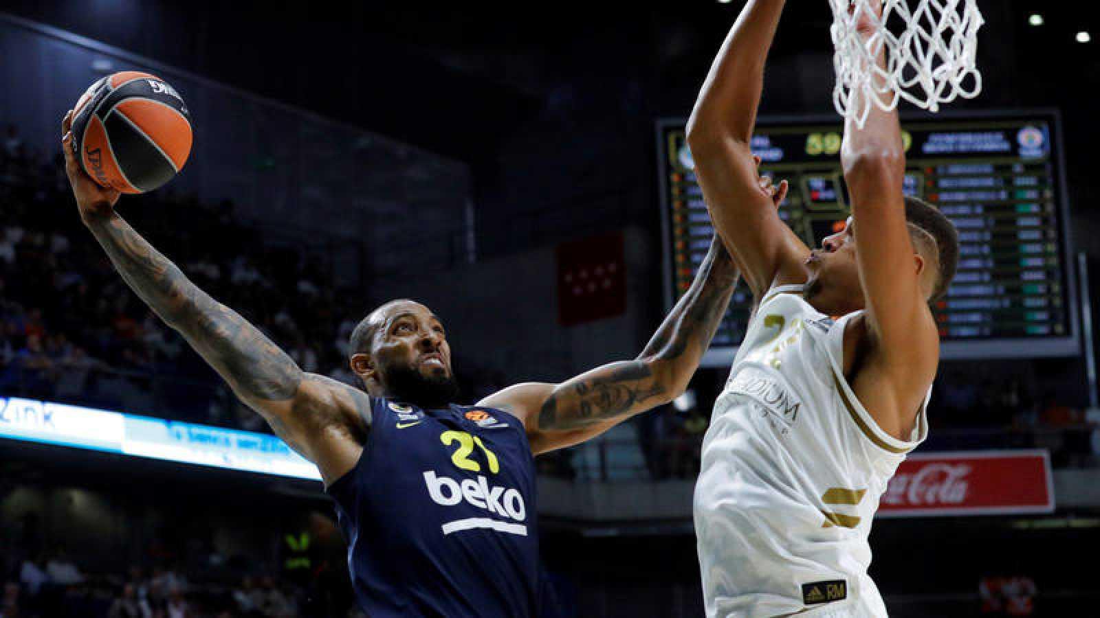 Derrick Williams, del Fenerbahçe, intenta encestar ante la oposición de Walter Tavares, del Madrid.