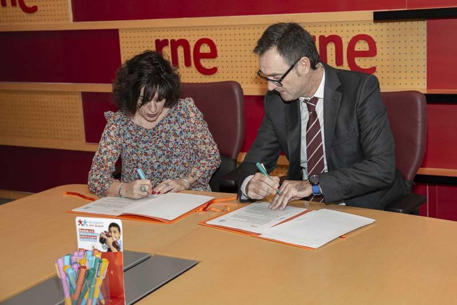 Paloma Zuriaga, directora de RNE, y José Antonio Pastor, presidente de la Fundación Crecer Jugando