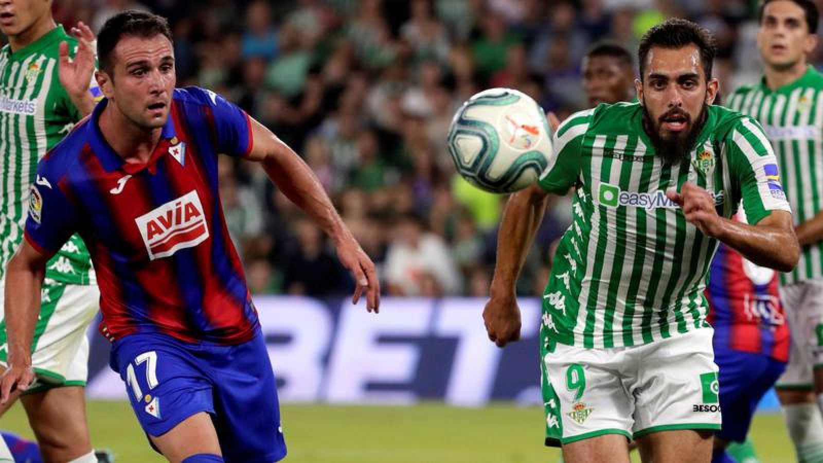Kike García, de la SD Eibar (i) corre a por un balón junto a Borja Iglesias, del Betis