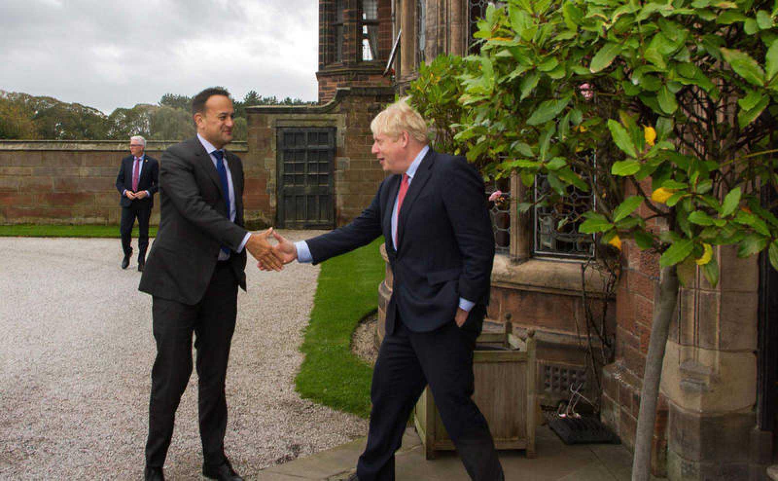 El primer ministro de Gran Bretaña, Boris Johnson, saluda a su homólogo, el primer ministro de Irlanda, Leo Varadkar en las afueras del hotel Thornton Manor, cerca de Birkenhead, en el noroeste de Inglaterra.