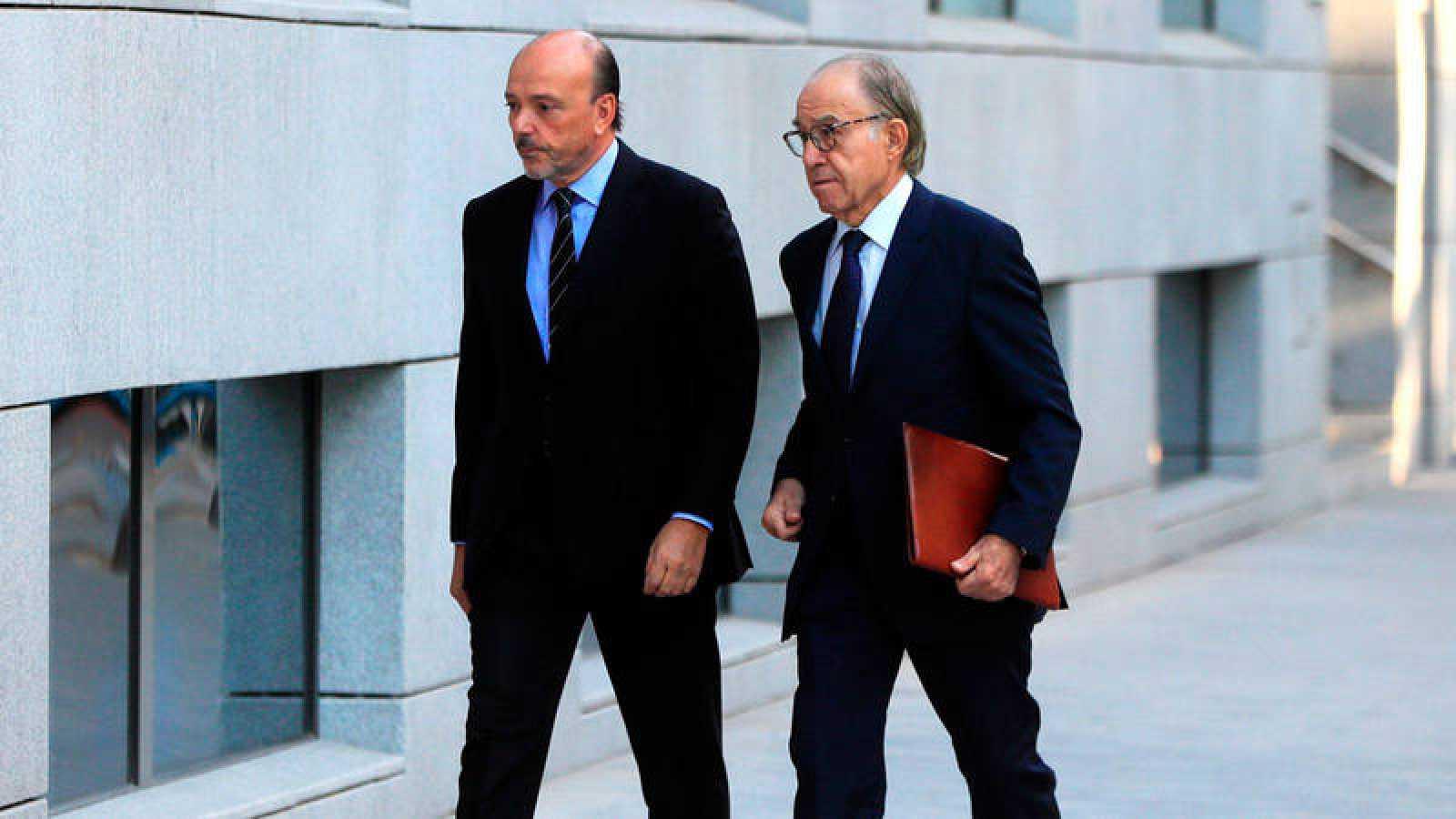 Imagen de archivo, correspondiente al pasado 4 de octubre, del expresidente de Indra Javier Monzón (i) a su llegada a la Audiencia Nacional para declarar en relación al caso Púnica.