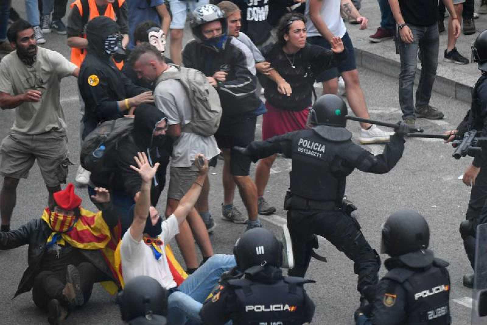 Cargas policiales en el Aeropuerto tras conocer la sentencia, con al menos 67 vuelos cancelados por las protestas en el Aeropuerto.